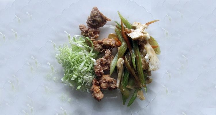 Pollastre cruixent a la japonesa i Kimpira de verduretes