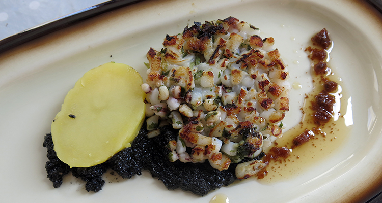 Hamburguesa de calamar amb pesto negre