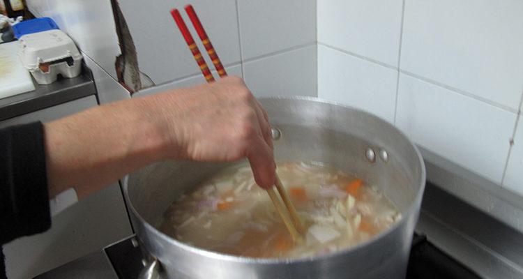 Sopa de miso de verdura i carn de porc