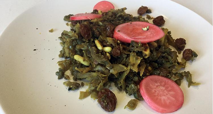 Fals arròs de coliflor al curri amb panses i fruits secs